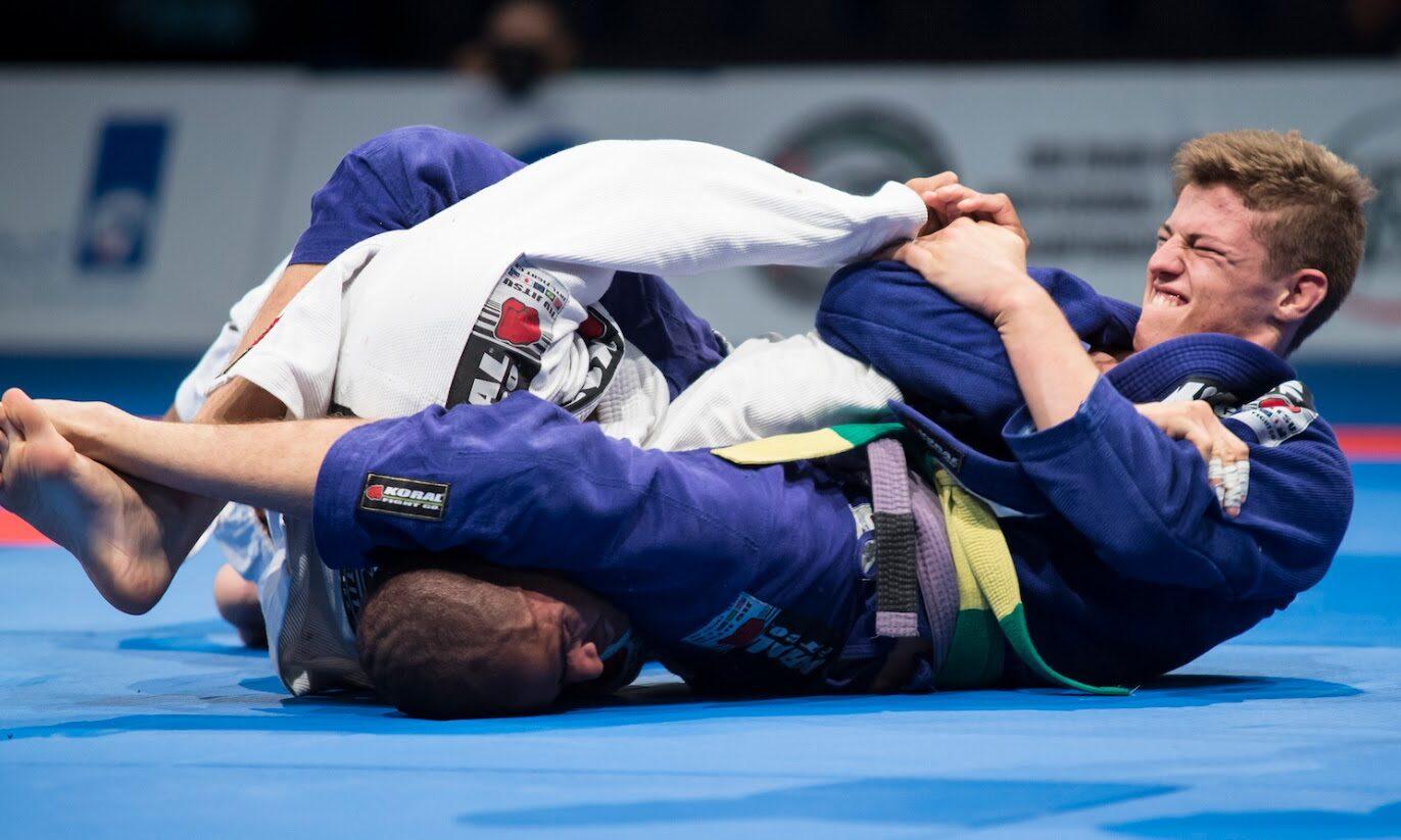 O Jiu-Jitsu brasileiro é focado na luta de chão.